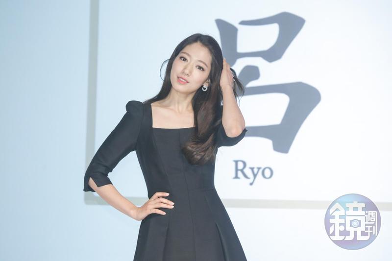 韓國女星朴信惠以黑色洋裝出席呂Ryo十週年記者會。