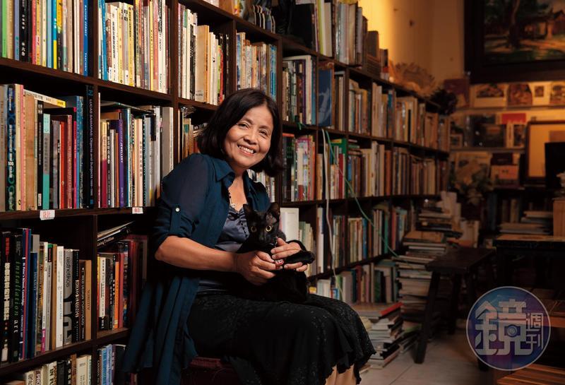 潘靜竹近30年從事文學藝術創作、經營舊書店,她說開店是因為自己想有個家,今年領養的看店黑貓,取名「家家」。