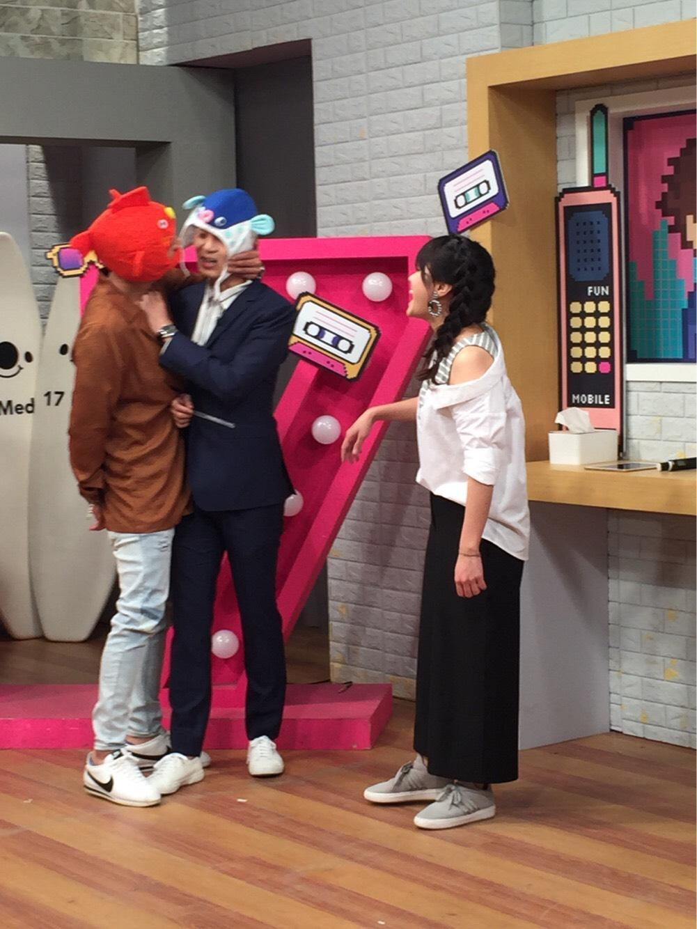 鄭人碩(左)與張書偉(中)互傳小魚干好像在接吻。(17Media提供)