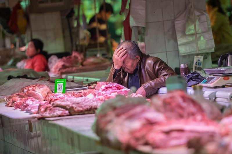 山西省太原市生鮮市場門可羅雀,攤販只能坐等客人上門。(東方IC)