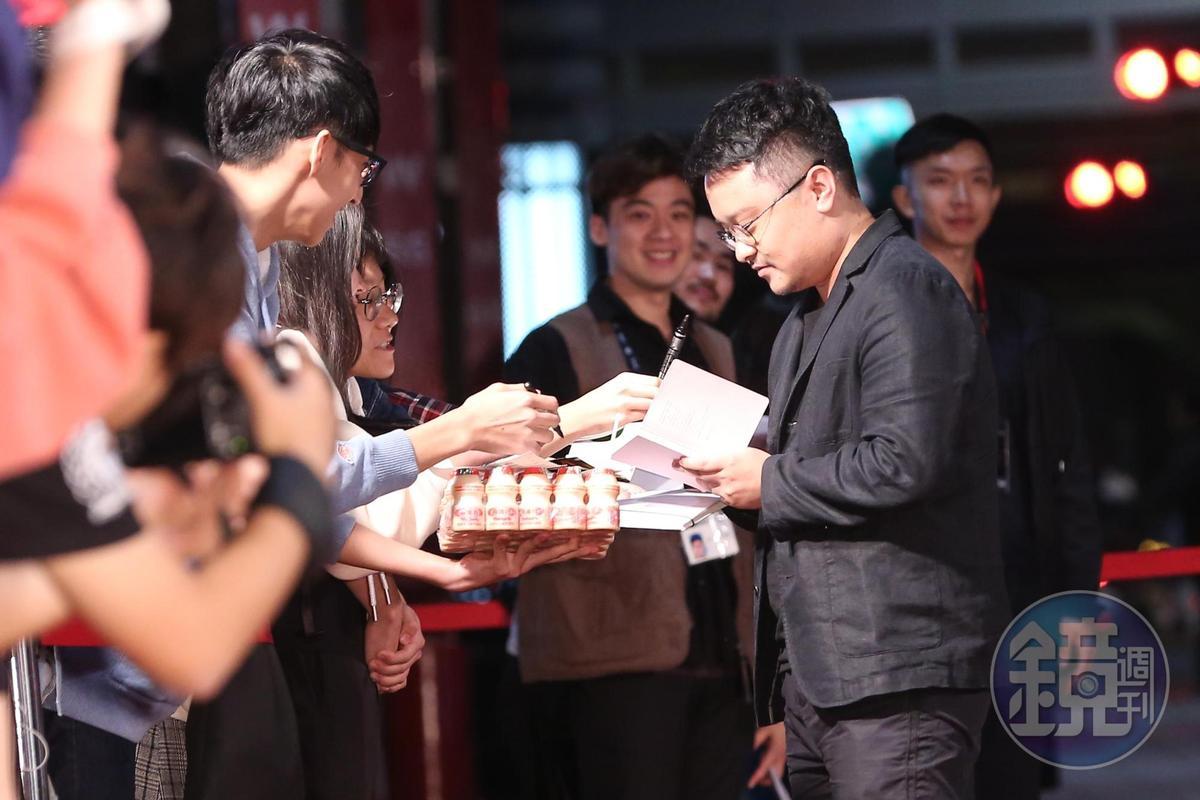 再度入圍金馬的導演畢贛,走紅毯時被熱情粉絲包夾索取簽名。