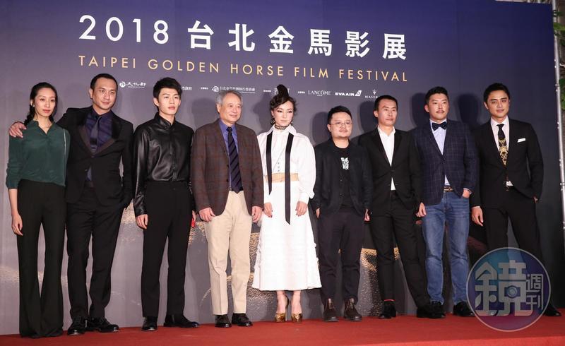 李安(左4)與《地球最後的夜晚》劇組合影,明道(右1)雖然只有一場戲,但依然到場支持。