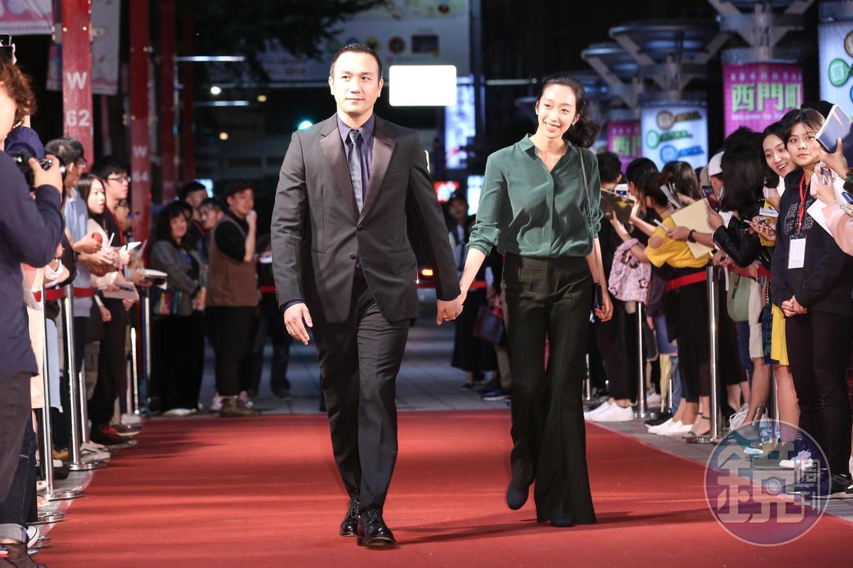 《地球最後的夜晚》男主角黃覺帶著太太一起走紅毯。