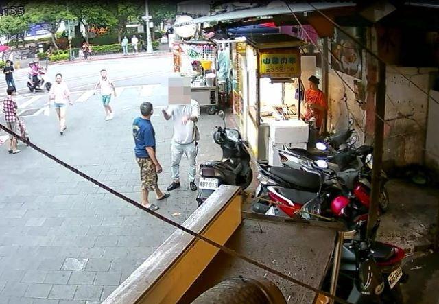 與攤商大小聲的畫面全被警方監視器所錄下。(警方提供)