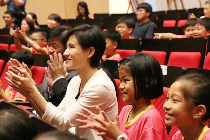 鄭麗君參訪台南新營文化中心,與新營國小學生一同欣賞台南大學戲劇創作與應用學系學生演繹的舞台劇。(文化部提供)