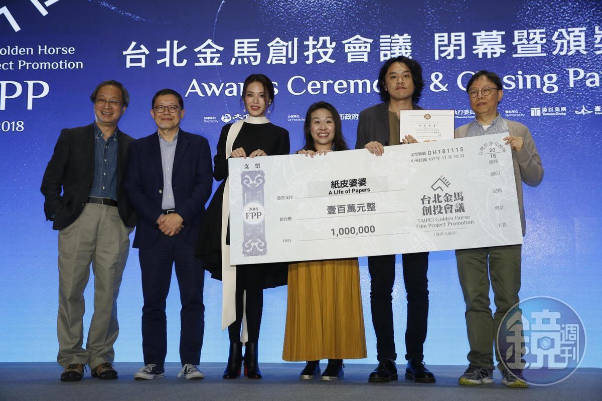舒淇(左3)把百萬獎給舒琪,但是是不同人,舒琪是香港導演!