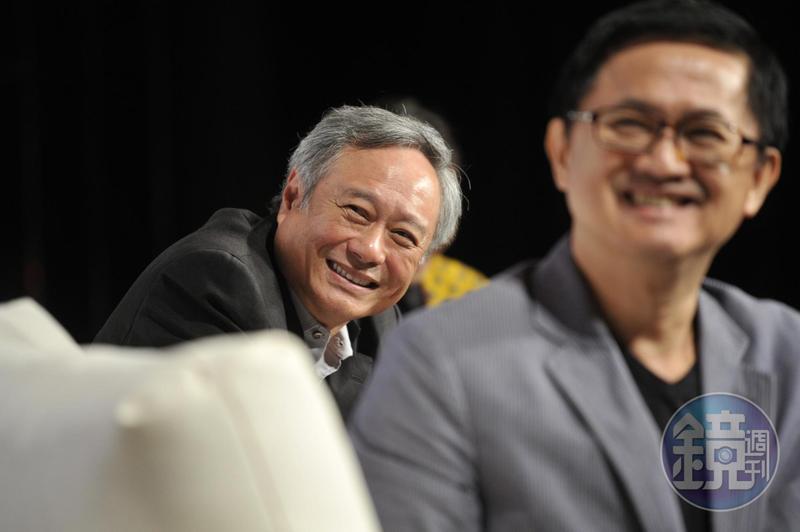 李安(左)親筆寫下「愛最大」,力挺婚姻平權。(東方IC)