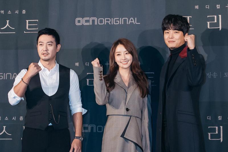 朴埇佑(左起)、鄭柔美與延宇振演出《Priest驅魔者》大做惡夢。(KKTV提供)