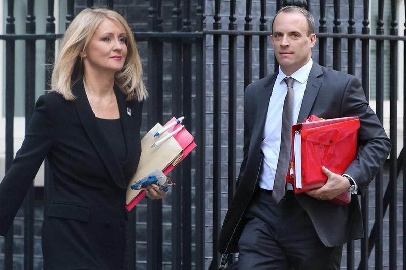 英國脫歐大臣拉布(右)與就業大臣麥克維(左)不滿梅伊脫歐協議,紛紛請辭。(東方IC)