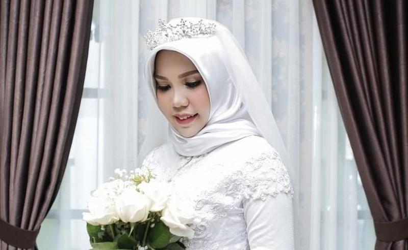 印尼女孩瑛坦為了完成未婚夫遺願,獨拍婚紗照完成兩人的誓言。(intansyariii IG)