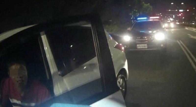 警方攔查堵在路口、綠燈不走的陳男自小客車。(警方提供)