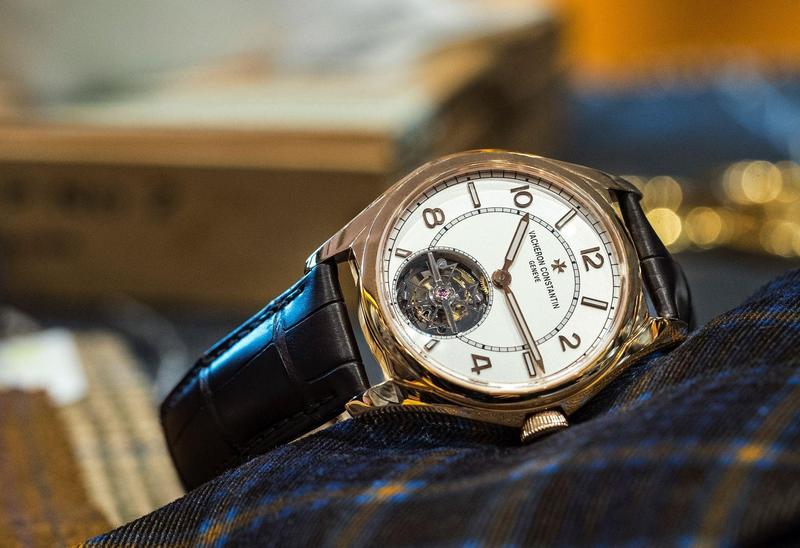 這是江詩丹頓Fifty-Six系列首款搭載複雜功能的作品。其自動上鏈超薄陀飛輪機芯,厚度不到6mm,更特別是採用「邊緣擺陀」結構來為機芯上鏈,除了擁有自動上鏈的便利,也不會影響陀飛輪的透空旋轉的美感,更可以完整呈現錶背機芯的雕琢之美。錶款獲「日內瓦印記」認證,採用最頂級的工藝純手工打造。在價格上,這也是江詩丹頓最容易親近的陀飛輪錶款了。定價約NT$3,830,000