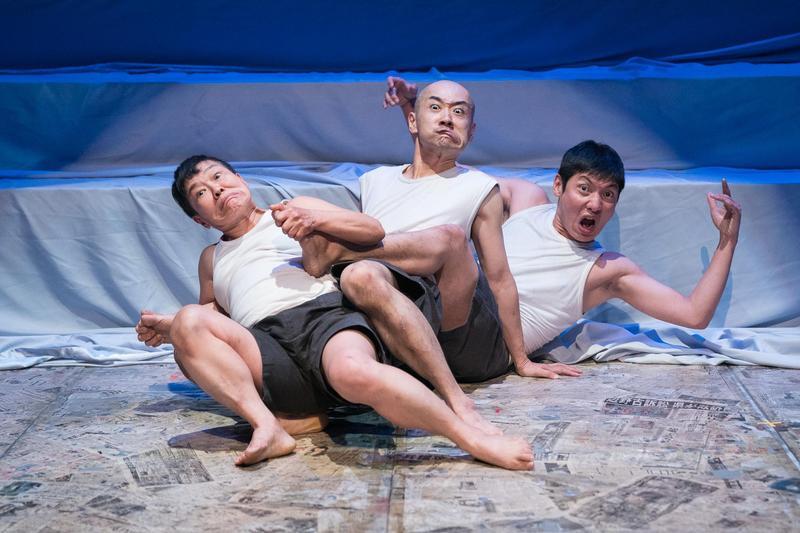 非語言劇《海的孩子們》由演員們的肢體表演,傳達戰後人們的心路歷程。(張震洲攝,國家戲劇院提供)