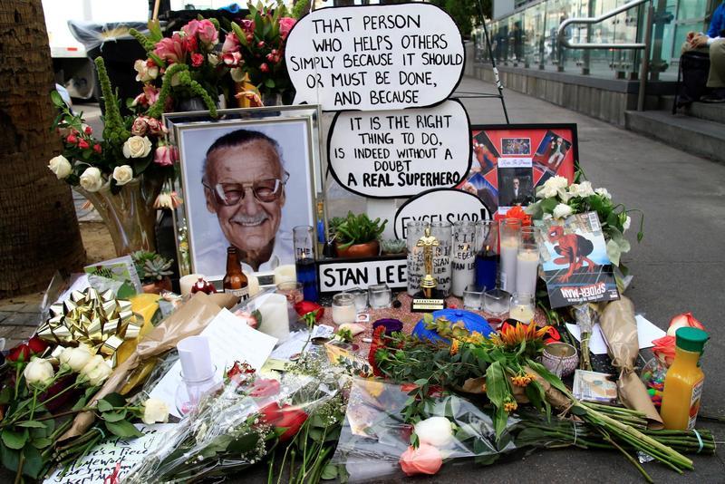 影迷在好萊塢星光大道上史丹李的星星位置留下鮮花卡片表達哀悼。(東方IC)