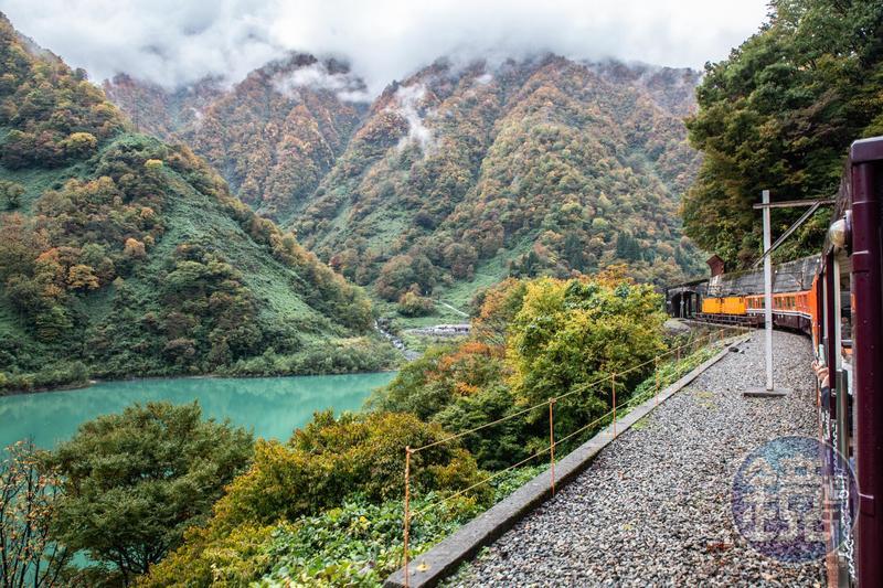 搭乘「黑部峽谷鐵道」小火車,最能感受峽谷內的山高水深。