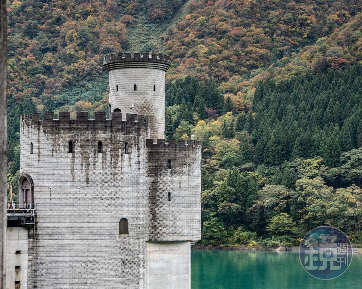 外觀如古堡的建築,其實是「新柳河原發電廠」。