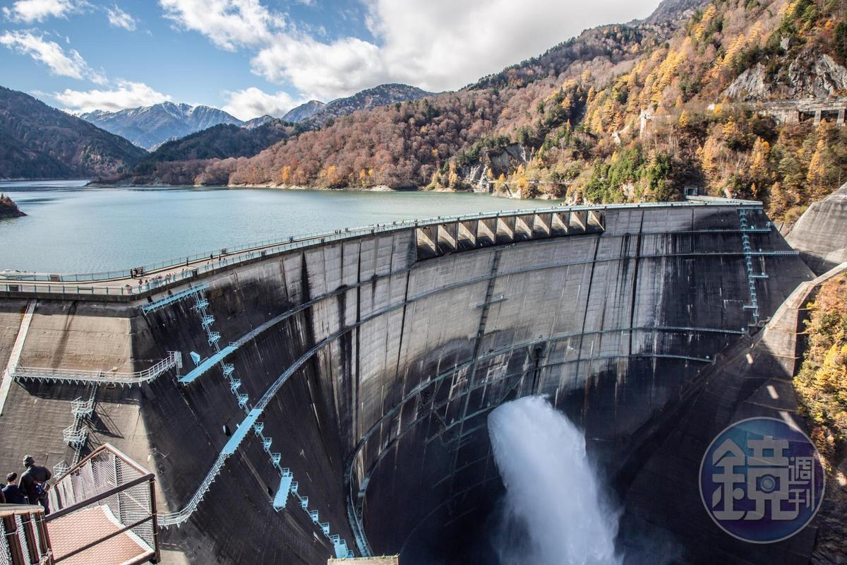 海拔1,500公尺高的「黑部水庫」,是日本最高拱形水庫,蓄水量達2億立方公尺。