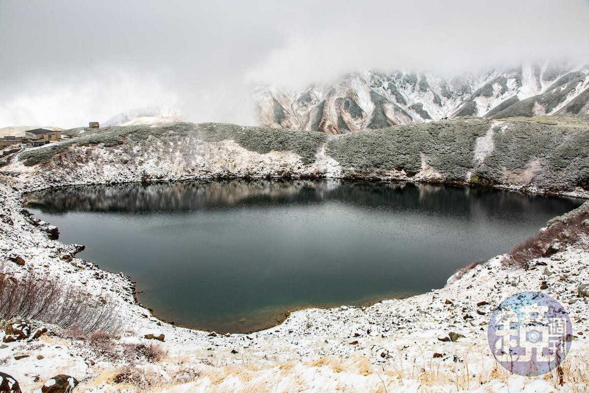 從室堂步行10多分鐘,可見到由立山火山口形成的「御庫裡池」。