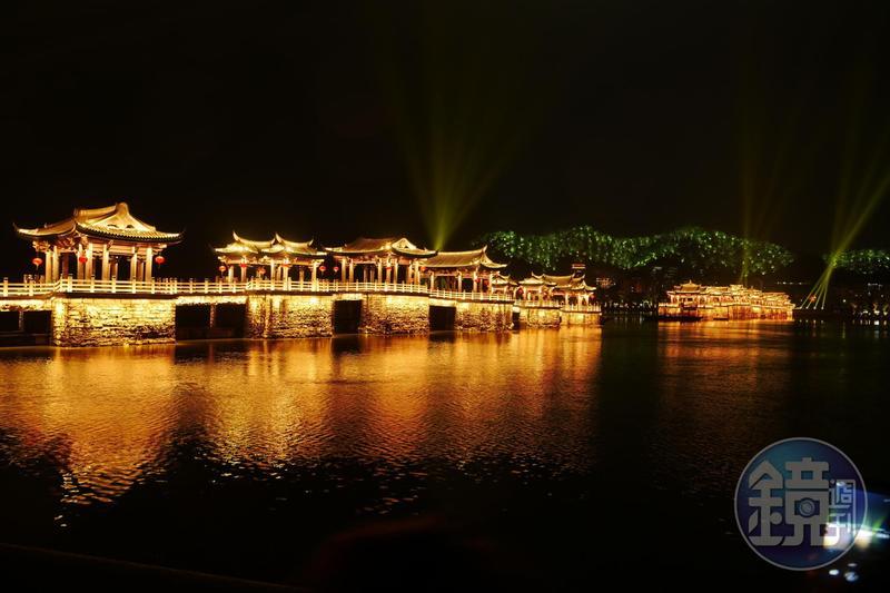 廣濟橋的古典之姿,配上燈光秀呈現古今之感。