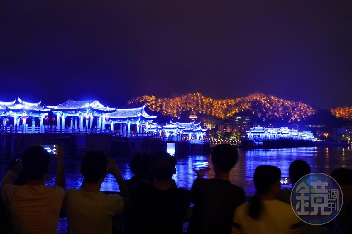 每日的廣濟橋燈光秀,各色霓虹四射,歷時約20分鐘。