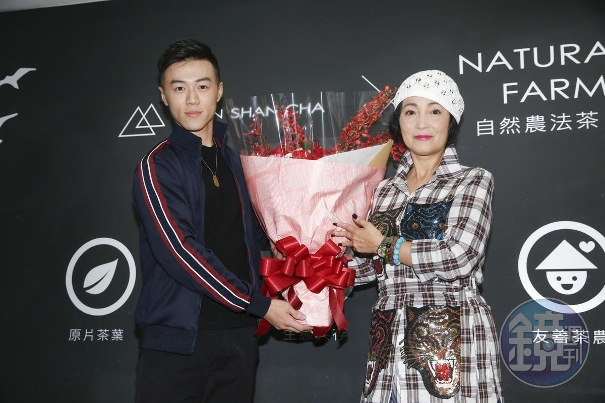 同公司的小鮮肉師弟紐士晨特別來為苑瓊丹獻花。
