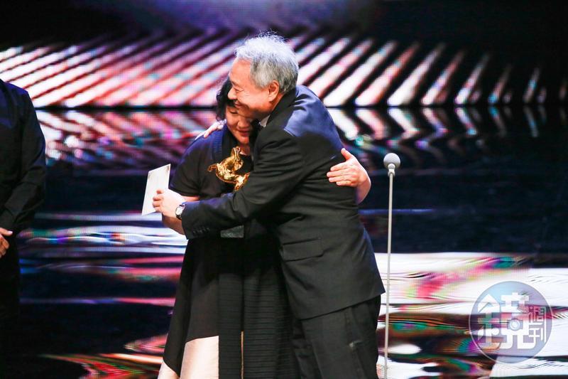 《大象席地面坐》的導演胡波在2年前自殺身亡,但他唯一一部長片就走最佳劇情長片獎及最佳改編劇本2項大獎。圖為李安在台上擁抱胡波的母親。