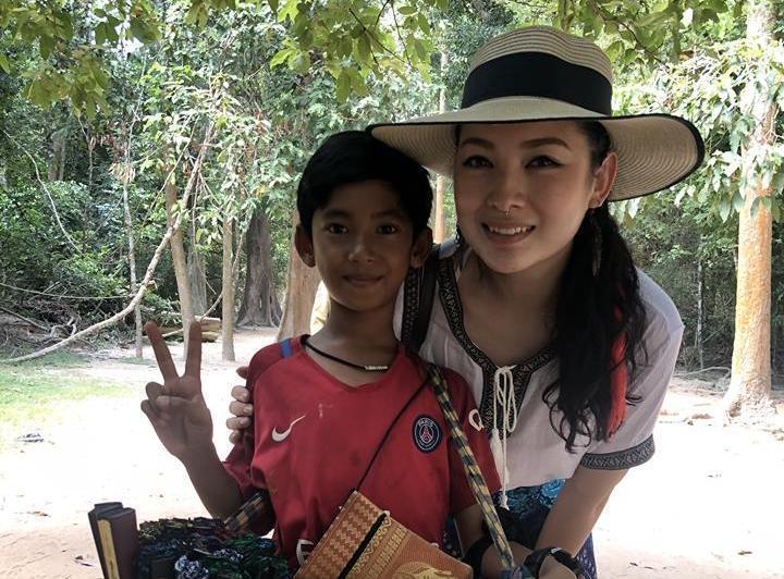 被稱作「人間天使」的檳城女遊客Venus Gwc與塔信(Thaksin)的合影。(翻攝自Venus Gwc臉書)