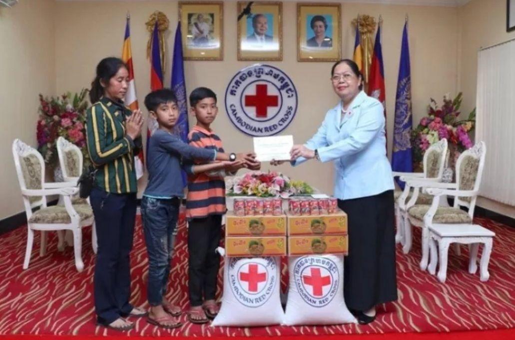 柬埔寨紅十字會捐助塔信一家,在當局的接觸下,塔信更有望赴北京站上舞台成為歌手。(翻攝畫面)