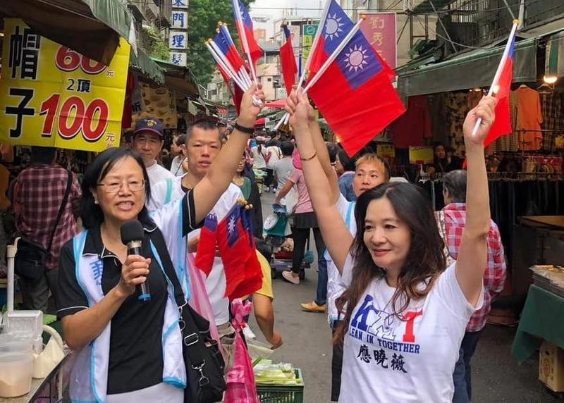 台北市中正、萬華區議員應曉薇(右)疑在選舉公報上刊登不實學歷。(翻攝自應曉薇臉書)