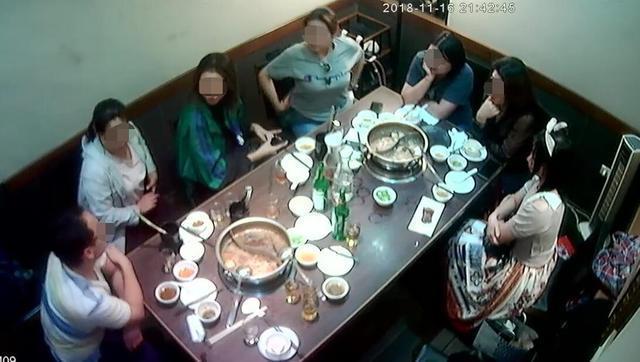 十餘名陸客前往火鍋店用餐卻未付款,被質疑吃霸王餐。(翻攝畫面)