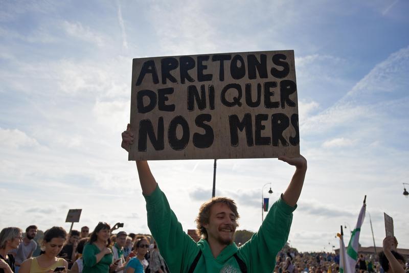 10月間的法國氣候大遊行,民眾高舉標語:「停止惡搞海洋」。(東方IC)