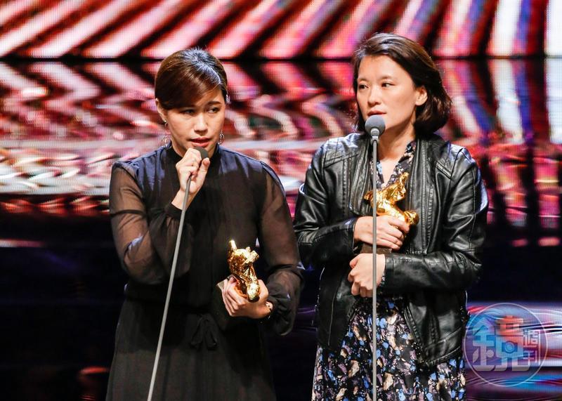 《我們的青春,在台灣》拿下金馬最佳紀錄片獎,導演傅榆(左)發表感言後引發熱議。