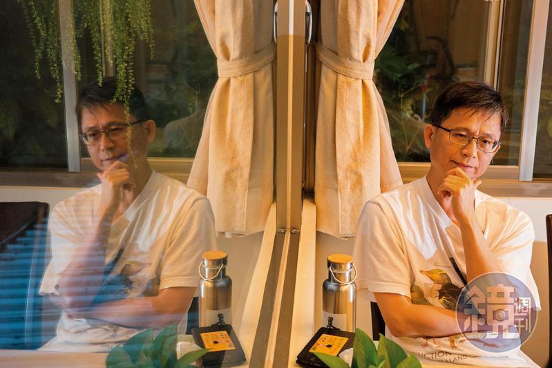 辭職1週後,詹順貴在家裡接受訪問,陷入深沉思考的模樣。