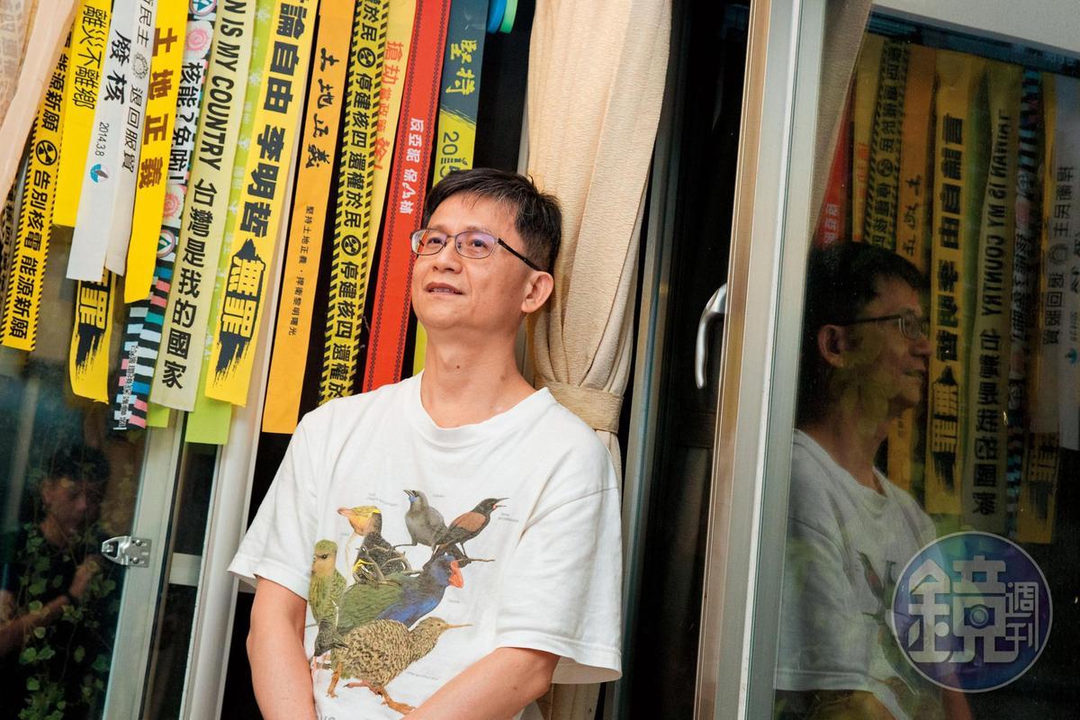 詹順貴家中掛著歷年參與過的抗爭布條,手機殼、水壺也都貼了標語貼紙。