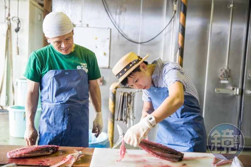 切鰹魚除了去骨,刀工越俐落,做出來的生魚片也越好吃。