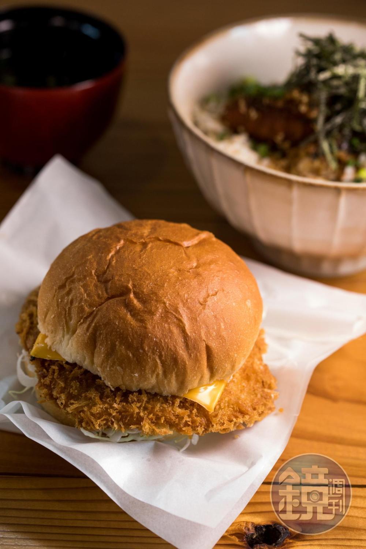 使用魚漿製作的「炸鰹魚起司漢堡」,保留了鰹魚肉質的鮮甜。(350日圓/份,約NT$98)