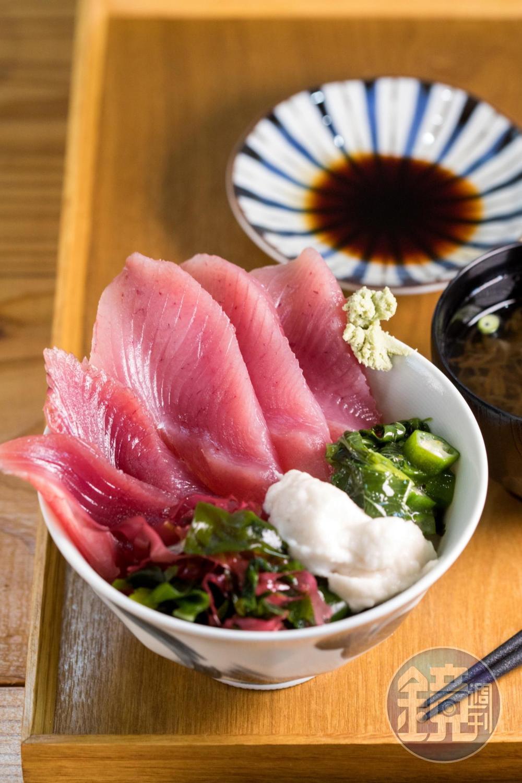 喜愛生魚片的人可以點上一碗產地直送的「鮪魚鰹魚生魚片丼飯」。(580日圓/份,約NT$163)