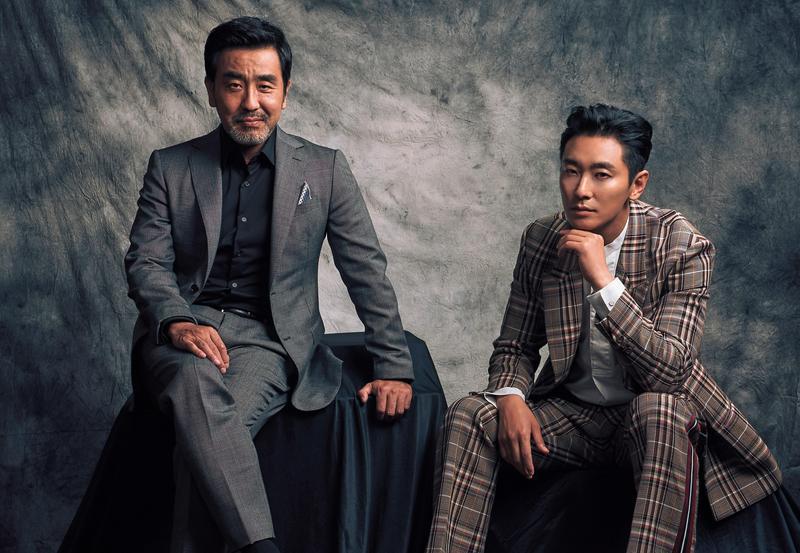朱智勳(右)與《7號房的禮物》男星柳承龍(左)主演Netflix新劇《李屍朝鮮》,兩人各自擁有熟男及大叔魅力,在新加坡宣傳時人氣爆錶。(Netflix提供)