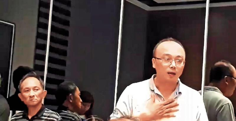 吳易展(右)今年9月5日在股東會議中坦承挪用公款,後來藉口尿遁,從此失聯。(讀者提供)