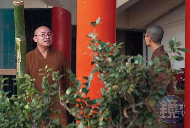 被趕出同善寺的開泓法師(左),目前待在崇佛寺,與寺內比丘尼有說有笑,絲毫未受性醜聞影響。