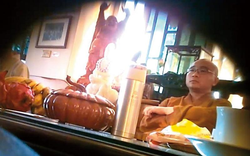 住在崇佛寺的開泓法師,熱情邀請來訪男信徒吃香蕉。