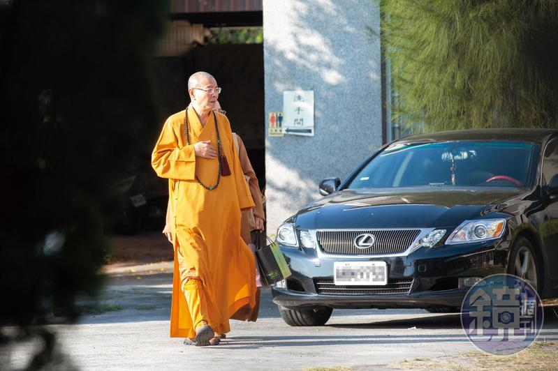 中國佛教會理事長淨耀法師13日前往同善寺安撫寺中比丘尼,希望她們能忍則忍。