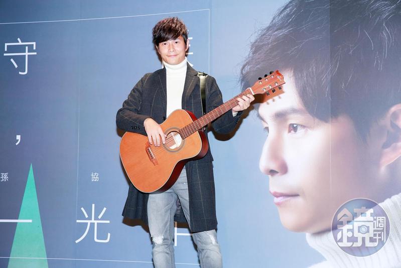 孫協志在發片記者會上自彈自唱新歌〈守候,一光年〉,寫的是自己的愛情觀。