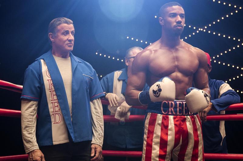 已經高齡72歲的史特龍(左),在《金牌拳手:父仇》打造接班人麥可B喬丹。(華納兄弟提供)