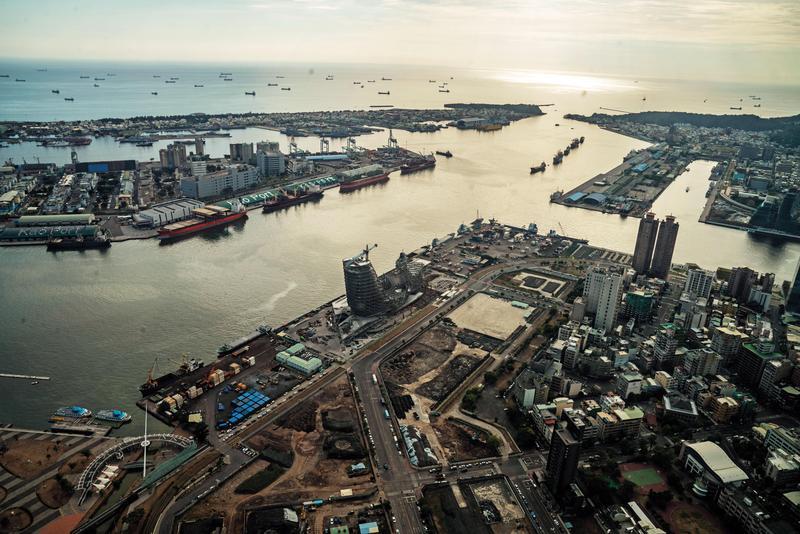 陳菊推崇陳其邁,在代理市長任內,把圍住高雄港的外牆推倒,讓高雄人能看到高雄港,也讓港灣城市跨出一大步。(東方IC)
