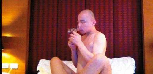 開泓法師與一名性伴侶做出極盡猥褻的交歡動作,過程中開泓還拿出特製玻璃吸管,吸安毒助興。(讀者提供)