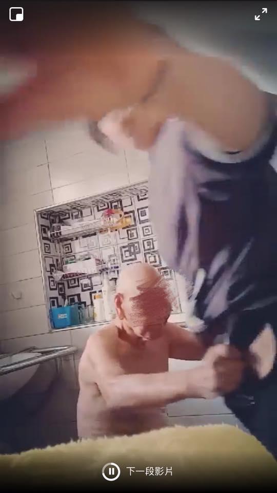 眼尖網友發現影片中除不斷出現喬鏡頭的動作,還出現訕笑聲。