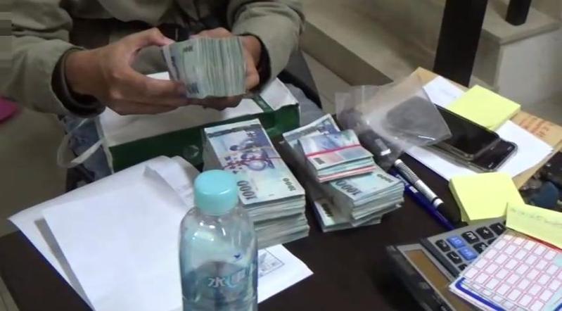 高市警破獲簽賭站,當場查到蘇姓主嫌等12人,起獲621多萬元賭金、點鈔機等物。(警方提供)