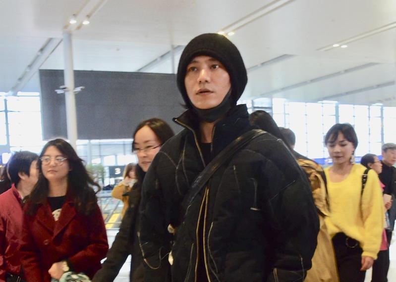 陳坤是第一個拒絕參加Dolce and Gabbana大秀的藝人,他一到上海機場就拒絕工作人員接機,宣布直接回北京。(東方IC)