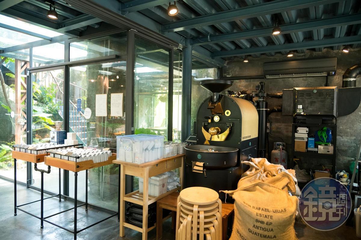咖啡館裡不只賣咖啡,也在此進行咖啡烘豆。